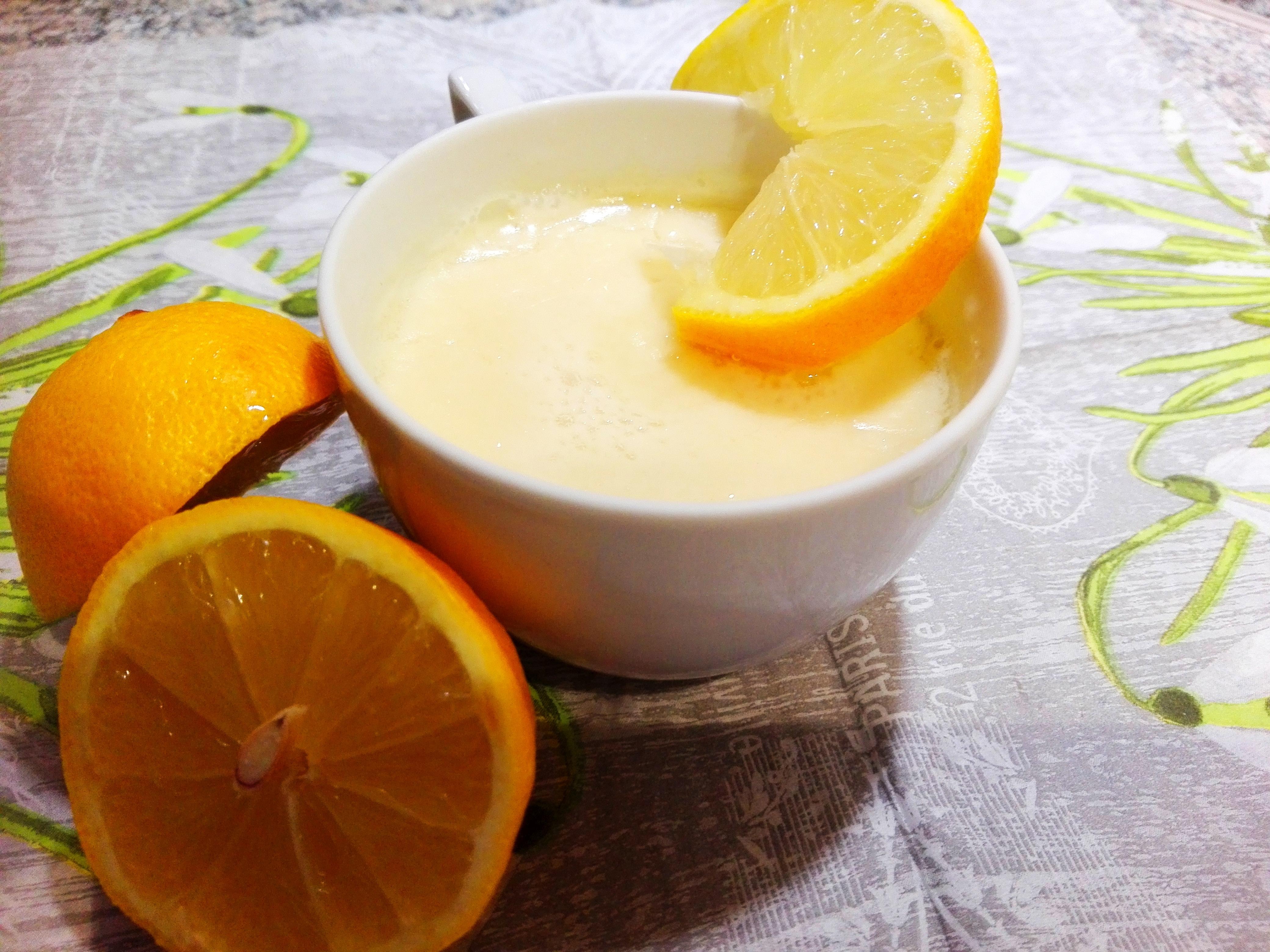 Gesunder Nachtisch- Mandel-Zitronen-Speise mit Zitronenscheiben