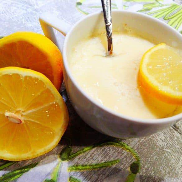 Gesunder Nachtisch-Mandel-Zitronen-Speise mit Zitronenscheiben