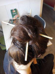 Sushistäbchen als Haarkunstwerk