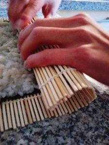 Sushi selber machen-Sushi Rollen mit den Händen
