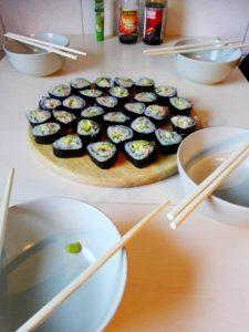 Sushi selber machen- Sushi Happen angerichtet mit Stäbchen