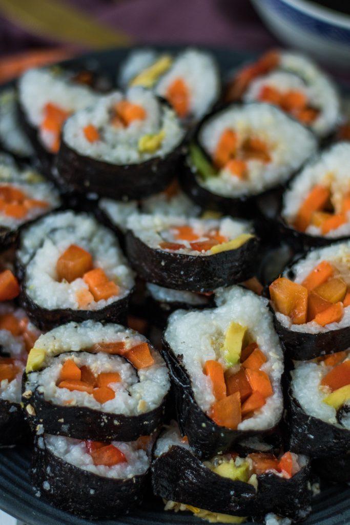 Veganes Sushi mit Paprika, Möhre, Sprossen und Avocado