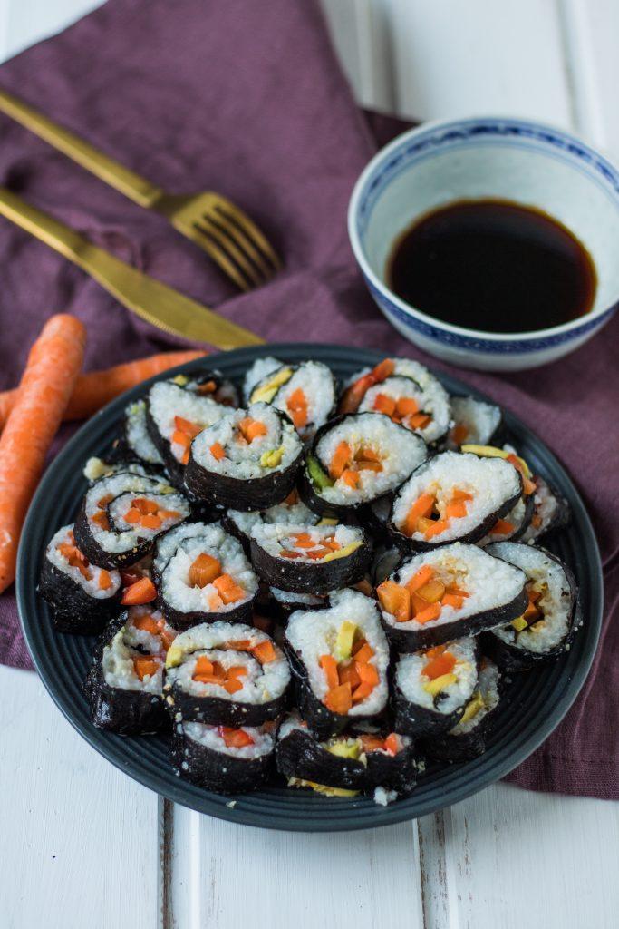 Veganes Sushi selber machen. Sushi auf einem Teller