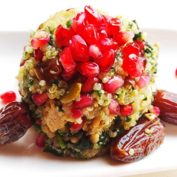 Arabischer Quinoa-Salat mit Granatapfelkernen und Datteln