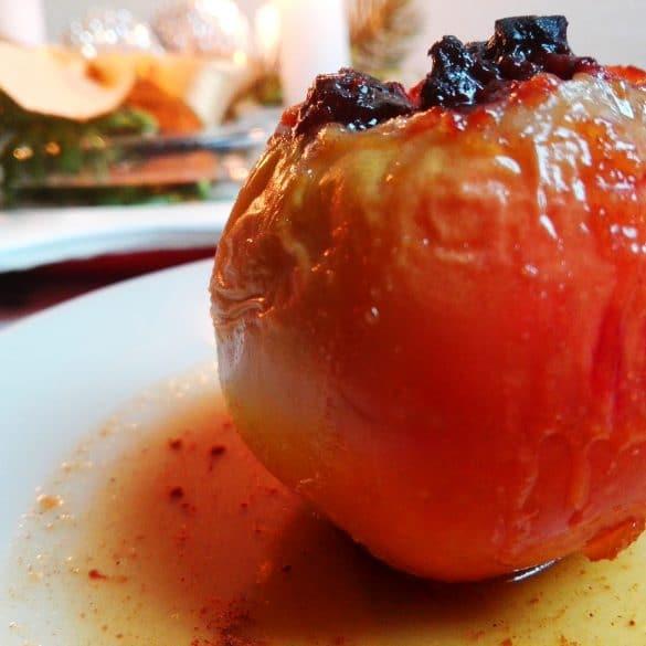 Bratapfel Rezept- Bratapfel auf einem Teller mit Orangensoße