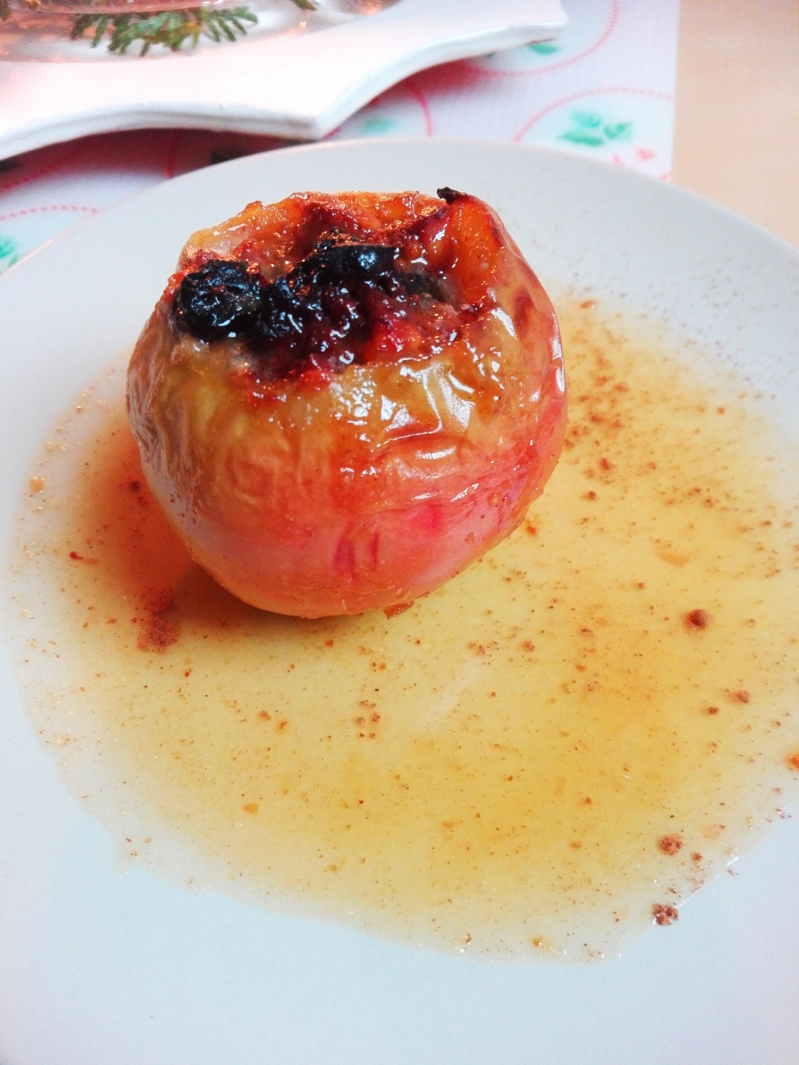 Bratapfel Rezept- Bratapfel auf einem Teller mit Soße