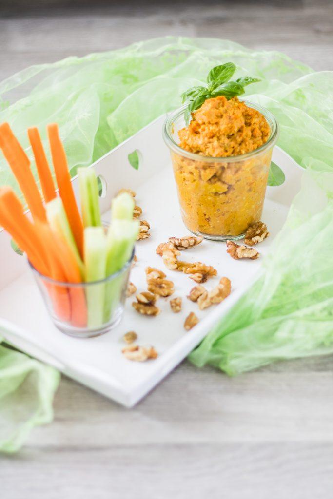 Süßkartoffelaufstrich/-dip mit Walnüssen und Gemüsesticks