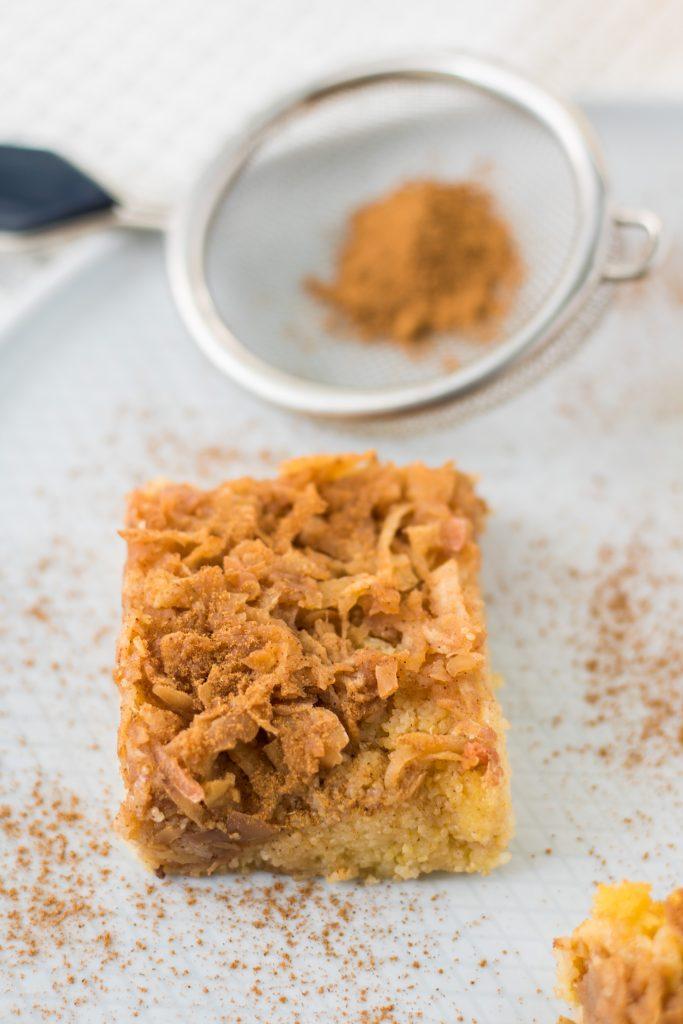 Apfel-Polenta-Kuchen_glutenfrei_vegan mit Sieb und Zimt