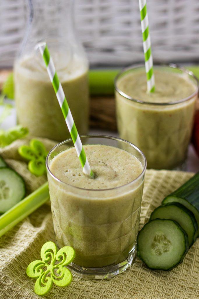Sellerie-Smoothie Rezept mit grünen Strohhalmen