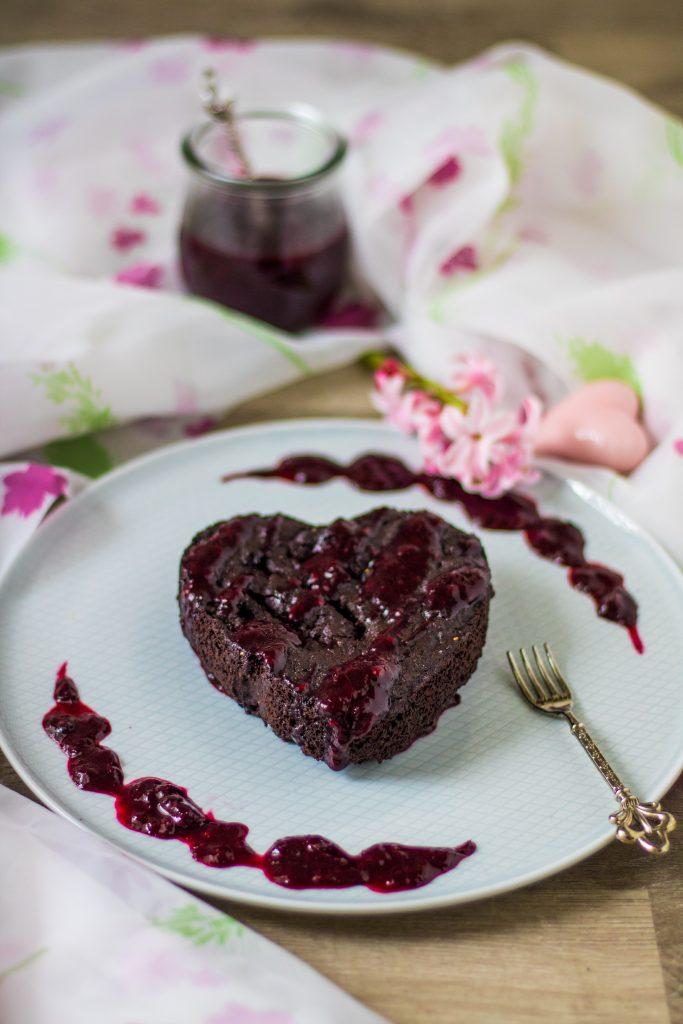 Mini-Brownie in Herzform mit Beerensoße