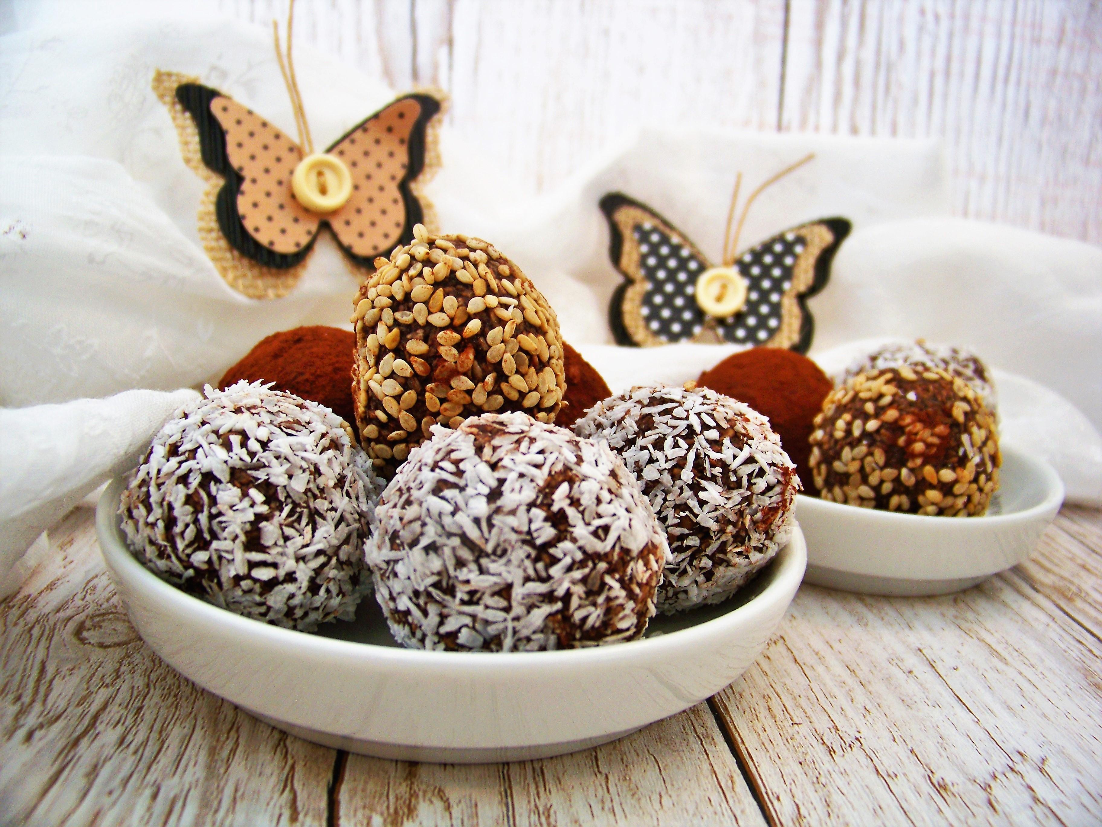 Energiekugeln mit Datteln und Kokosflocken und Mandelmus