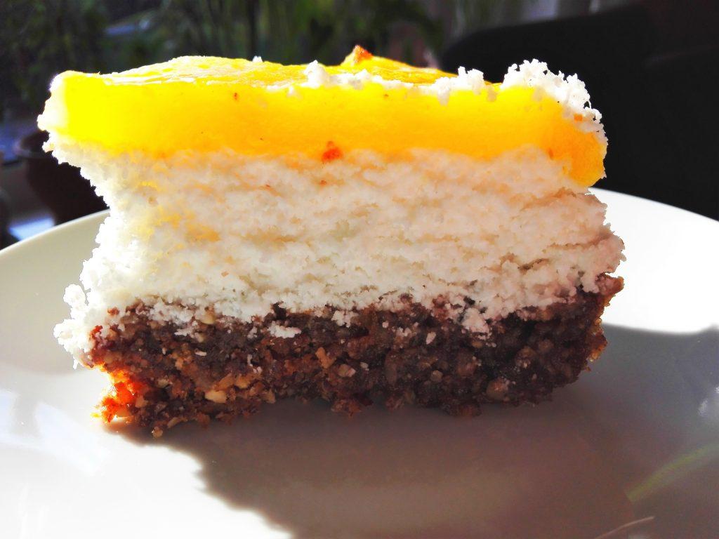 Kokos-Mango-Torte vegan und glutenfrei - Kuchenstück auf einem Teller