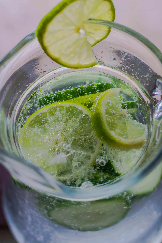 Infuded Water mit Limette und Gurke