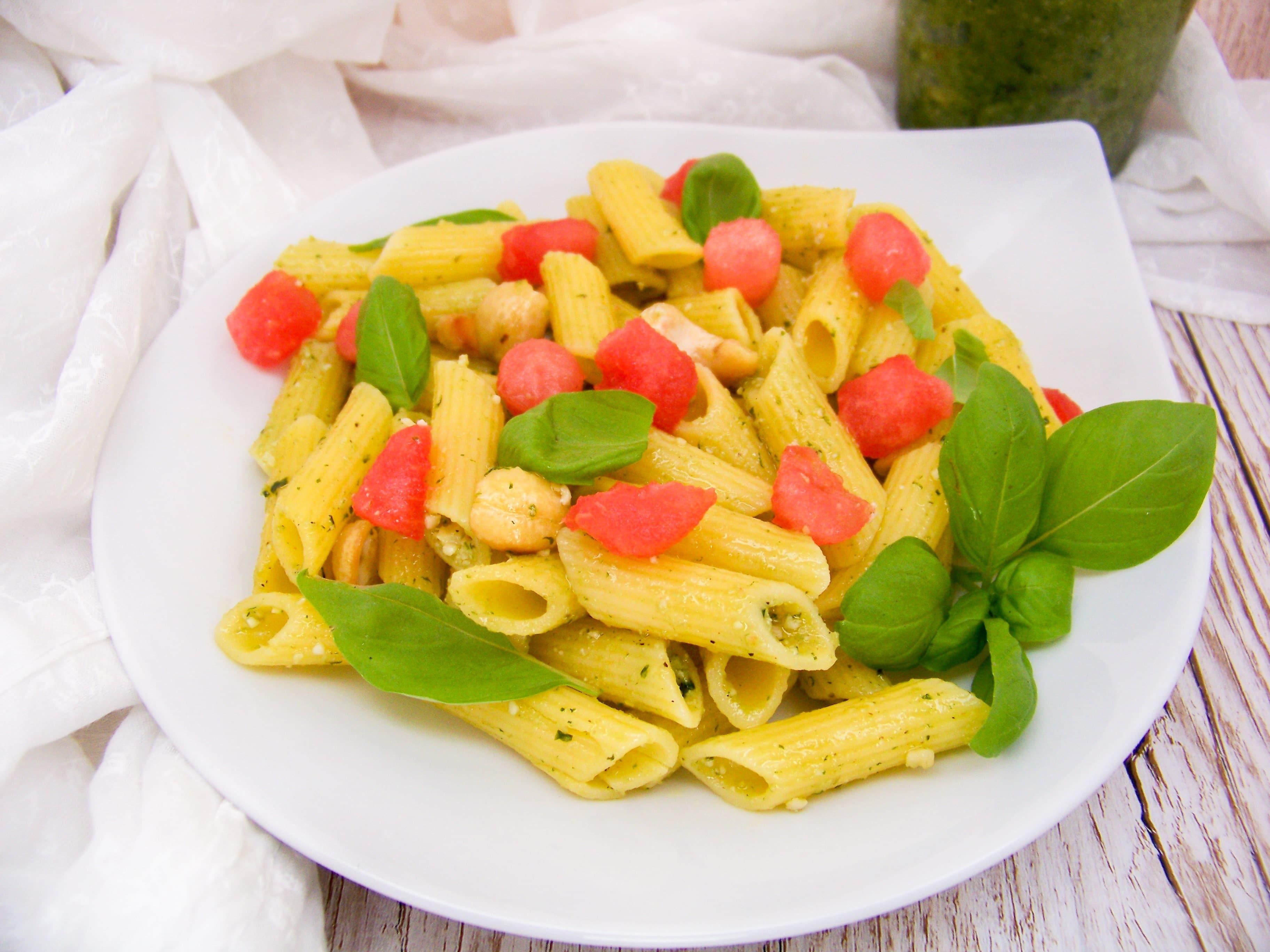Nudelsalat mit Pesto und Wassermelone
