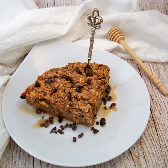 Baked Oatmeal vegan als servierfertiges Kuchenstück angerichtet