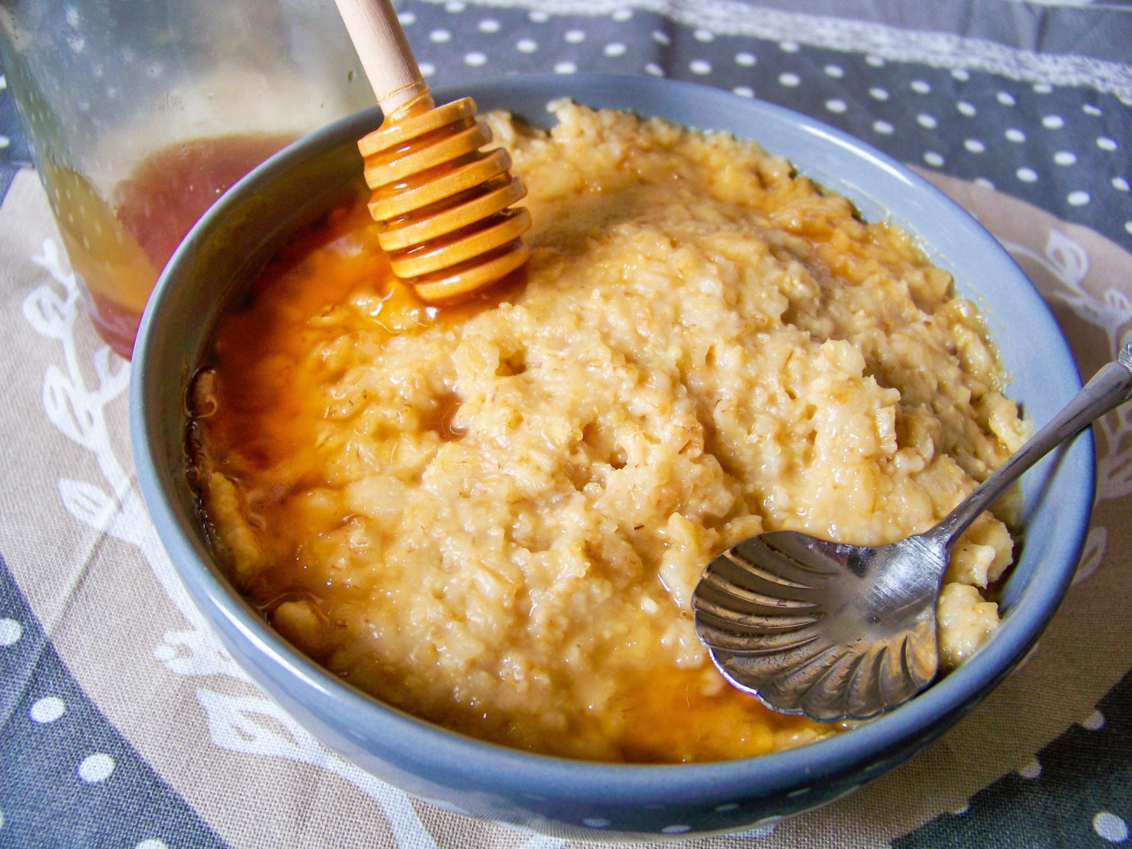 Karamellporridge mit Karamellsoße und Honiglöffel
