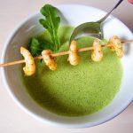 Sommerkräuter-Cashew-Suppe mit Garnelenspieß