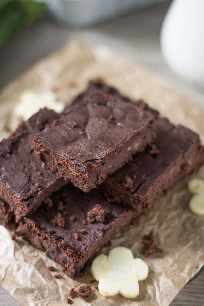 Vegane Zucchini-Brownies auf Backpapier