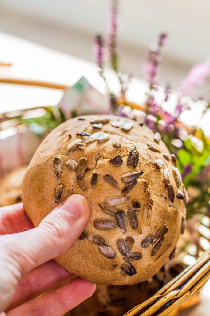 Glutenfreie Brötchen ohne Hefe_Brötchen in der Hand