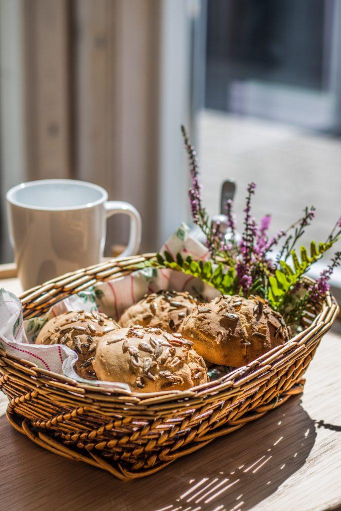 Glutenfreie Brötchen ohne Hefe mit Heide im Hintergrund