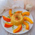 Ofenkürbis mit Sesampolenta- Kürbisspalten auf einem Teller mit Polentaturm
