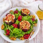 Rucolasalat-mit-Feigen-und-Preiselbeeren, saures Dressing, Herbstsalat