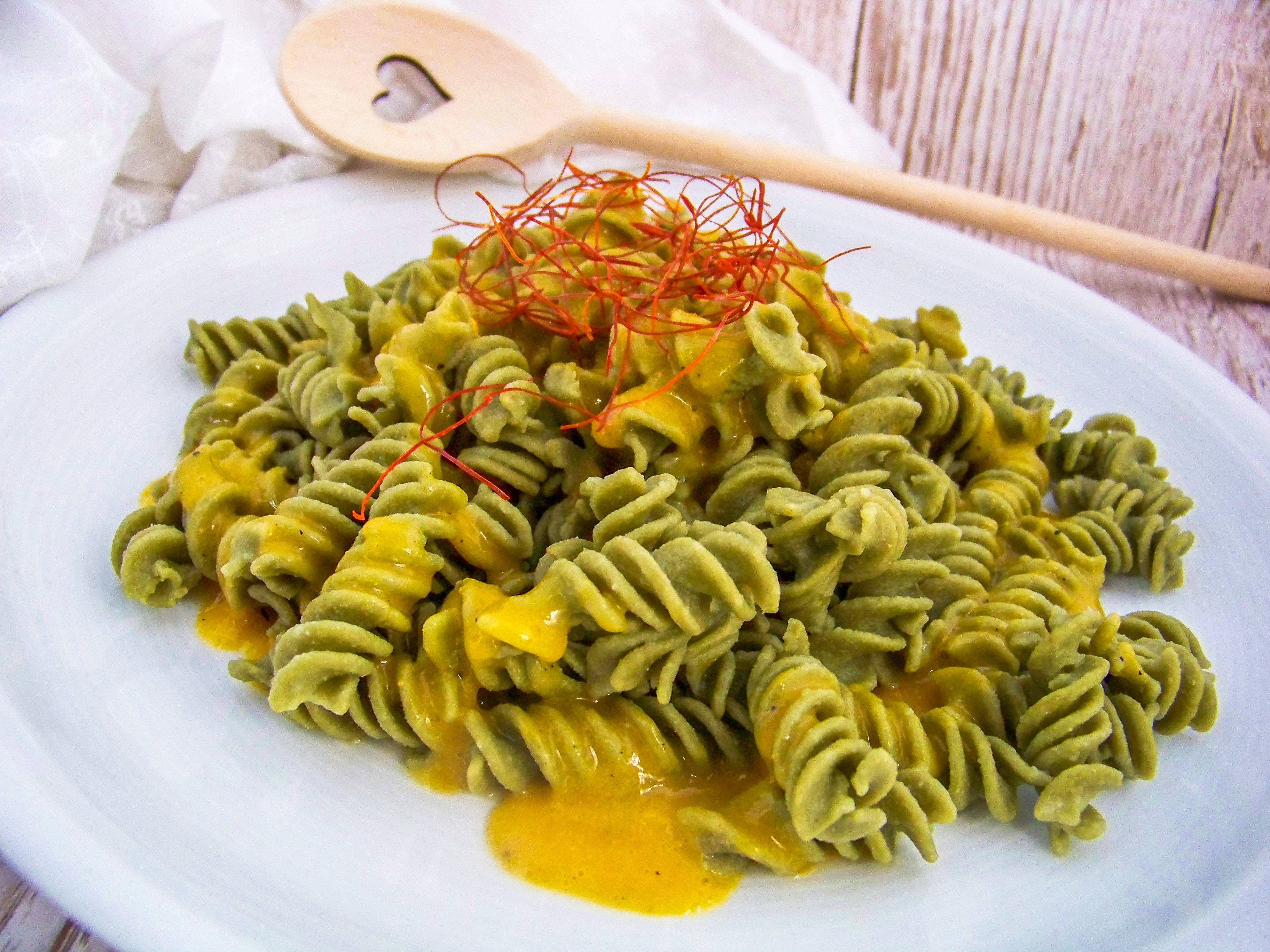 Exotisches Pastarezept. Scharfe_Mangosauce_zu_Fussilli mit Herzkochlöffel und Chlorella Nudeln