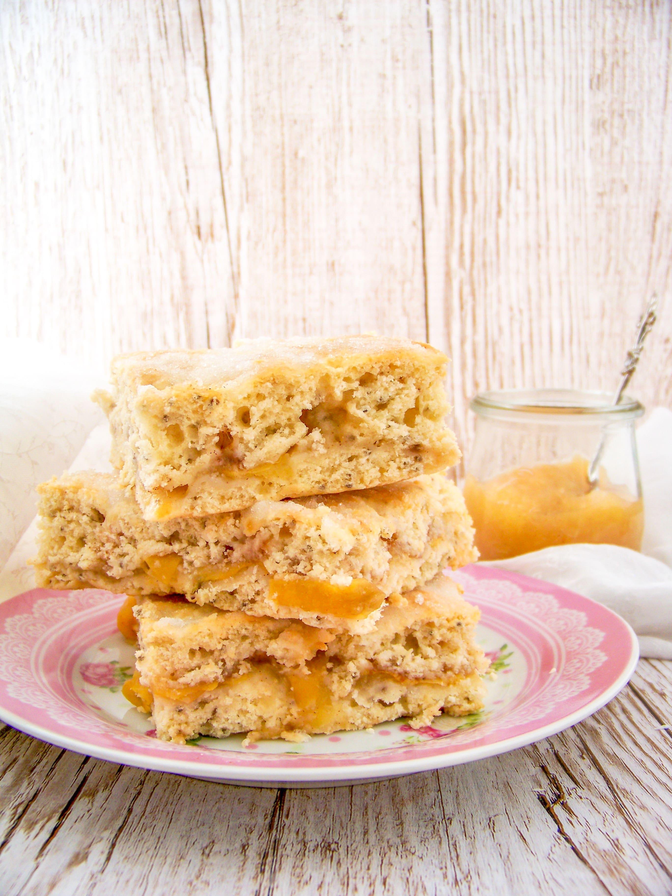 Kuchen mit Apfelmus drei Stücke übereinander gestapelt auf einem Teller