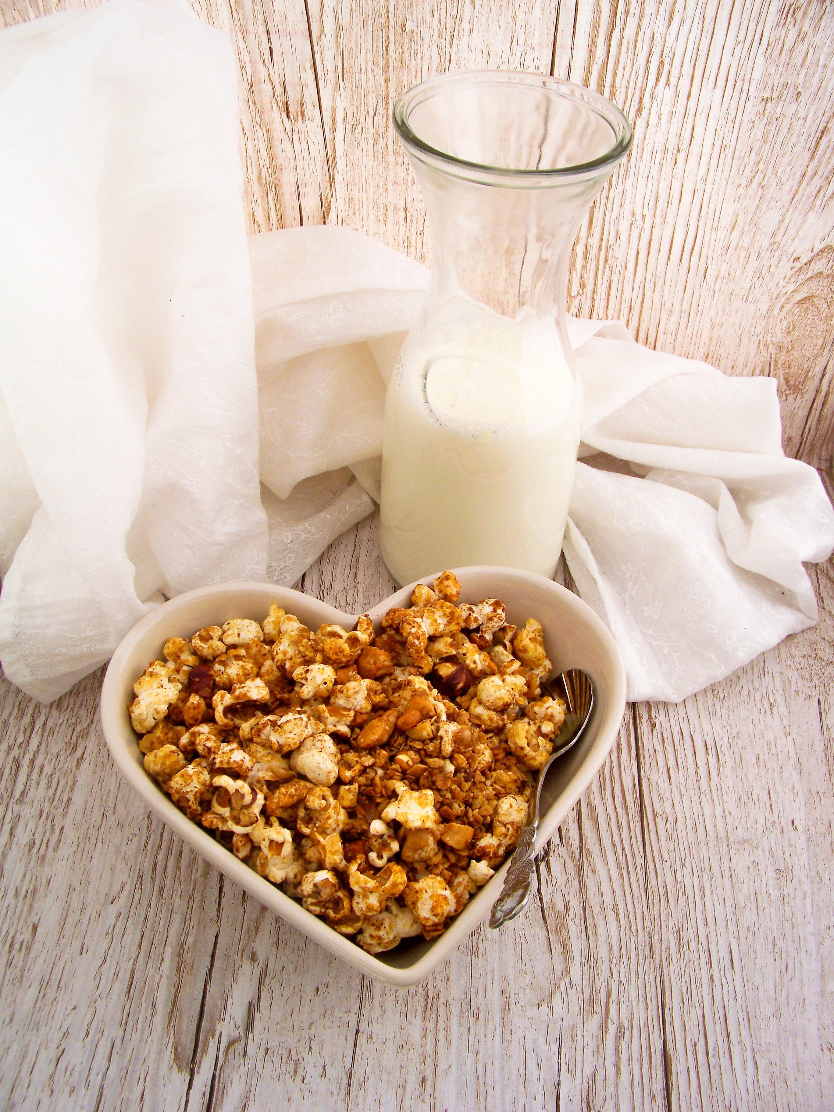 Granola_mit_Popcorn und Milchflasche im Hintergrund