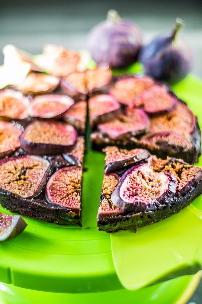 Schokotarte mit Feigen auf einer grünen Kuchenplatte