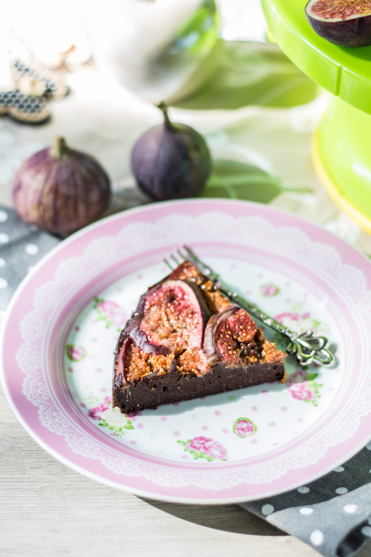Kuchenstück auf einem Teller mit Feigen