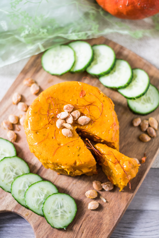 Veganer Kürbiskäse von oben mit Gurken auf einer Käseplatte