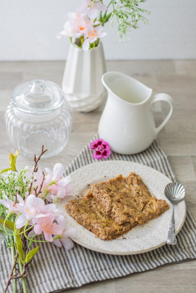 Baked Oatmeal Vanille mit rosa Blumen und Deko