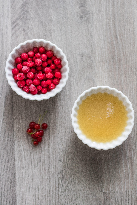Zutaten für Johannisbeer-Dessert. Kichererbsenwasser und Johannisbeeren