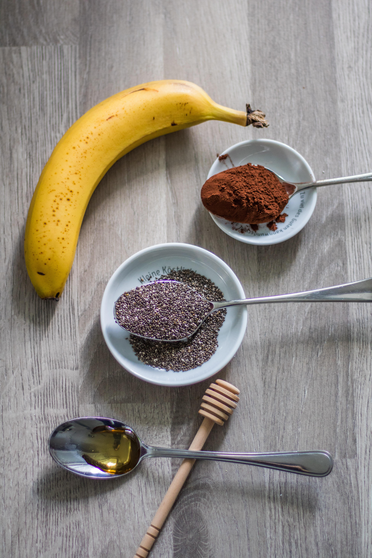 Zutaten für Schoko-Chia-Nicecream. Banane, Chiasamen, Kakaopulver, Agavendicksaft