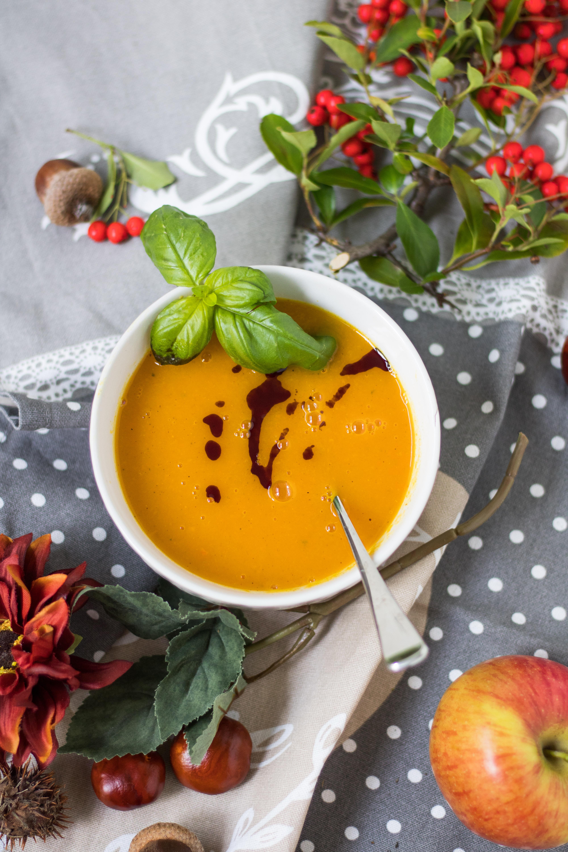Apfel-Möhren-Suppe mit Herbstdeko