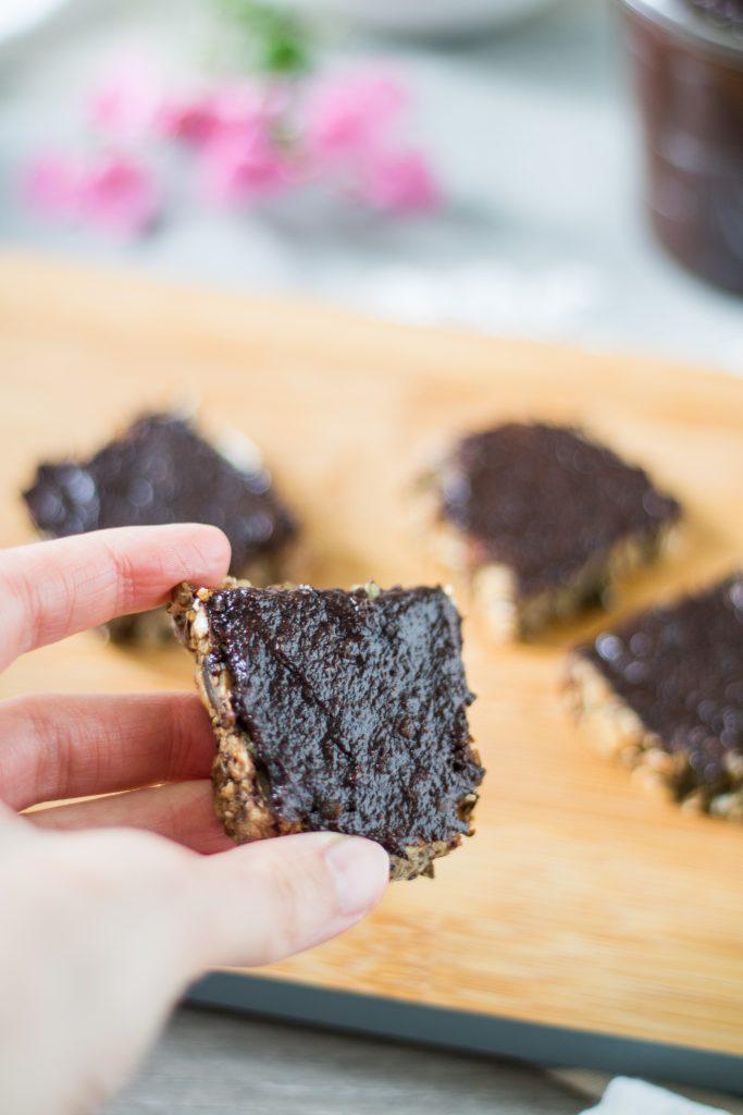 Veganer Schokoaufstrich mit Datteln auf Brot