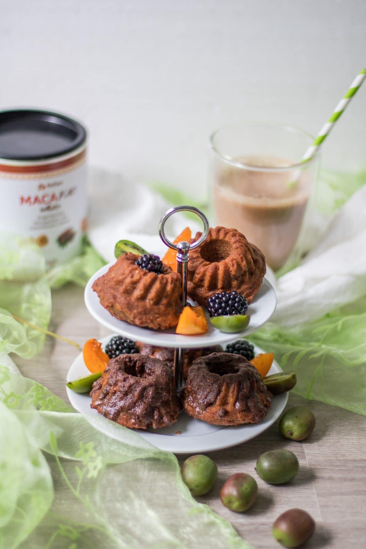 Mini-Küchlein auf einer Etagere mit Kakaogetränk