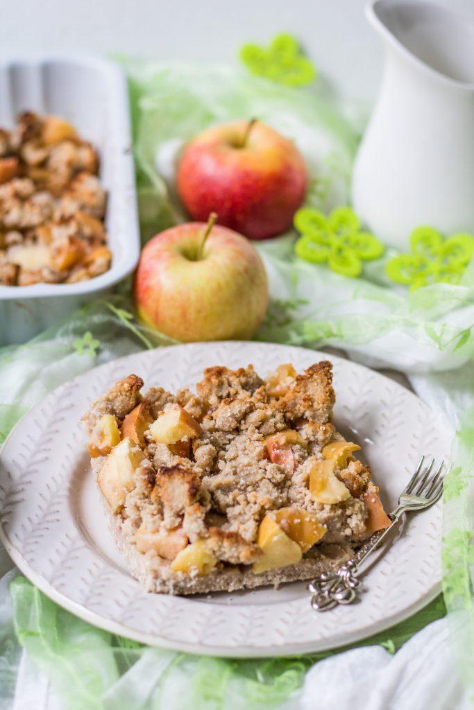 Glutenfreier Apfel-Streuselkuchen aus der Auflaufform mit Äpfeln