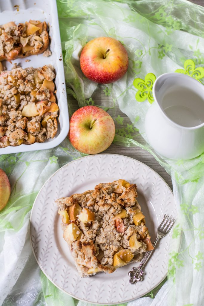 Glutenfreier Apfel-Streuselkuchen, gedeckter Tisch