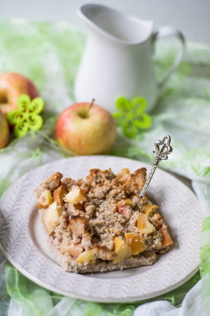 Glutenfreier Apfel-Streuselkuchen mit Milchkännchen