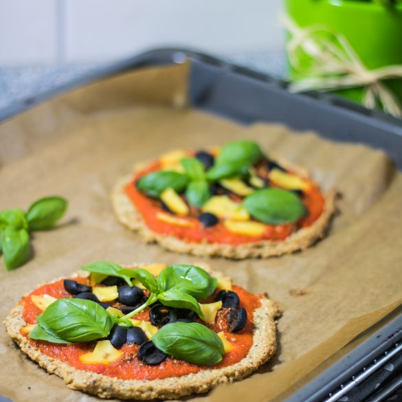 Quinoa-Pizza auf einem Backblech