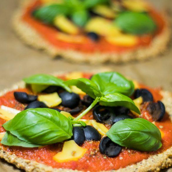 Quinoa-Pizza mit Basilikum, Oliven