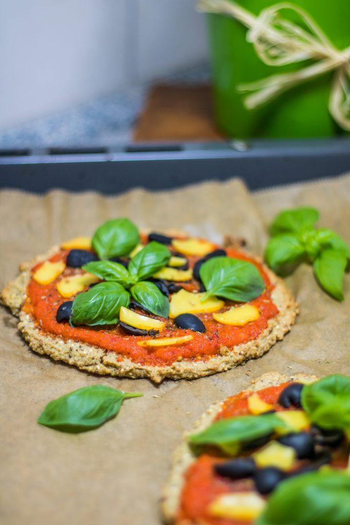 Quinoa-Pizza auf Backpapier