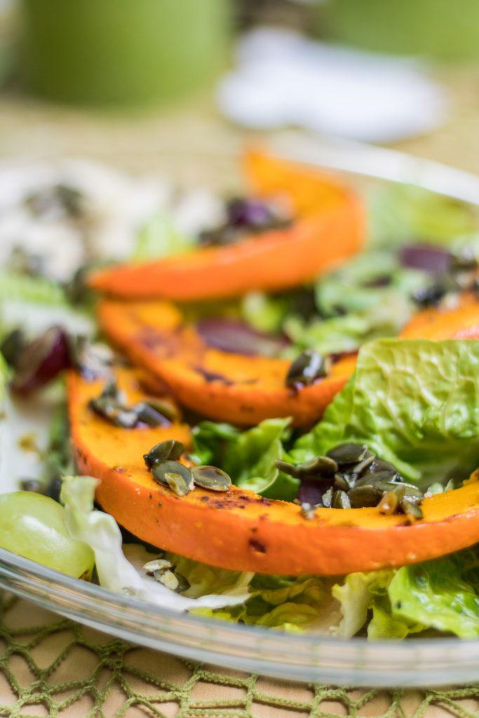 Bunter Salat mit Trauben, Hirse und Kürbis und grünen Kerzen