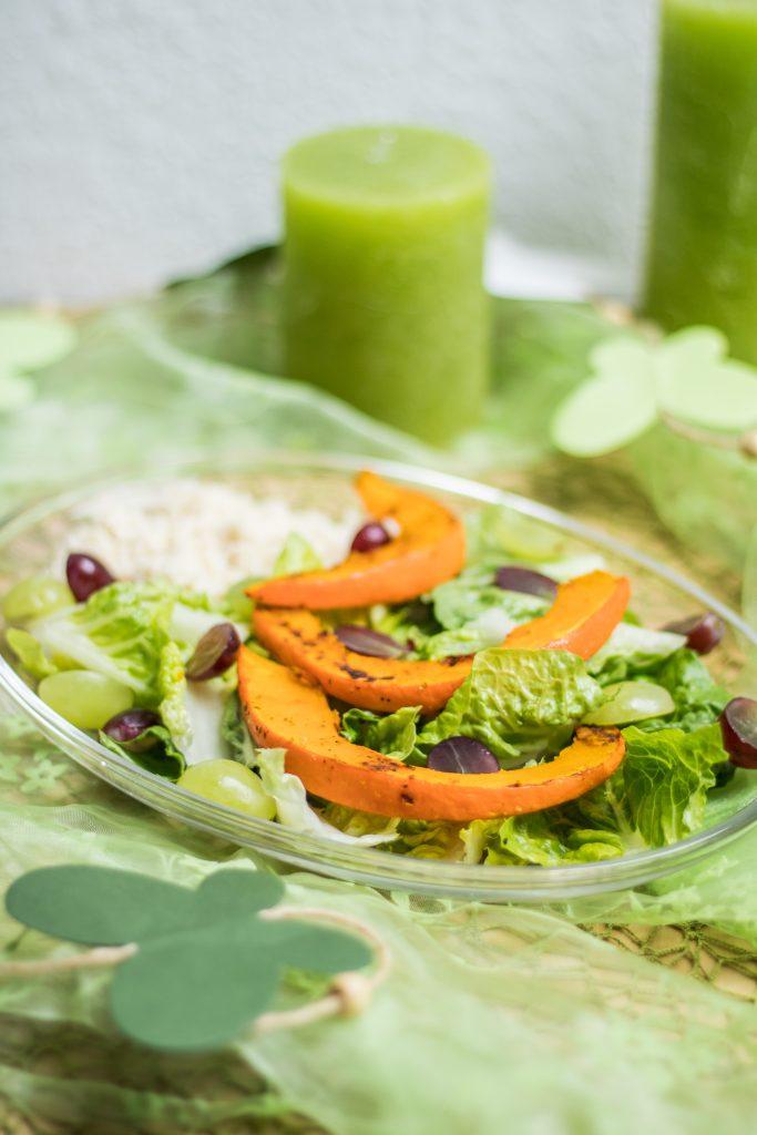 Bunter Salat mit Trauben, Hirse und Kürbis, grüner gesunder Salat
