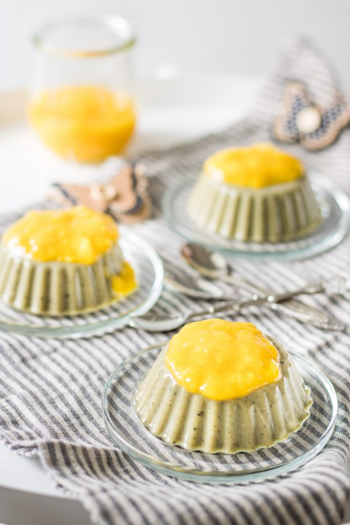 Vegane Matcha-Panna-Cotta mit Mangosoße