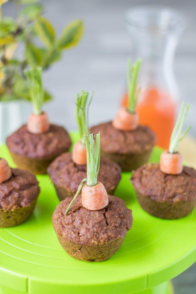 Vegane und glutenfreie Rübli-Muffins auf grüner Tortenplatte