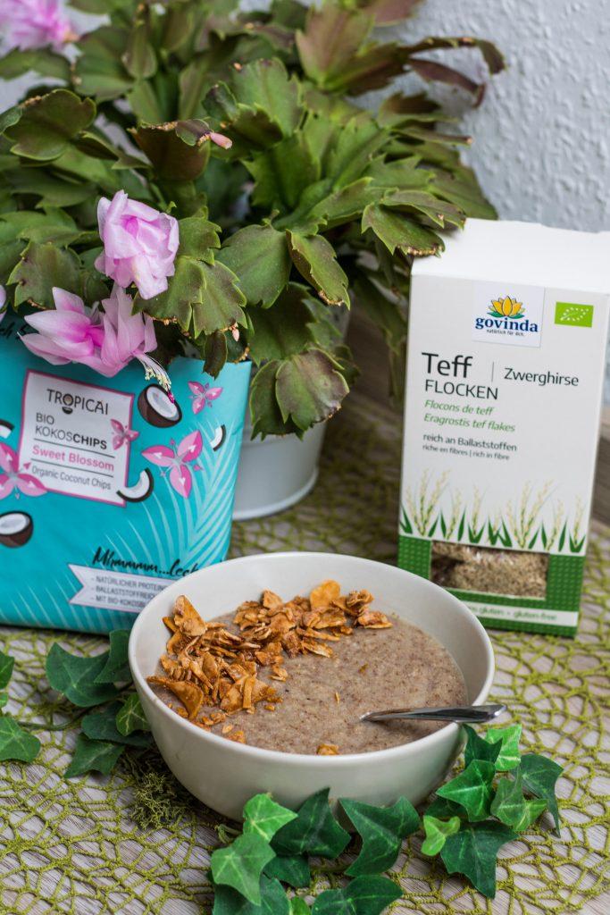Teffporridge mit Kokoschips und Kaktusblüte