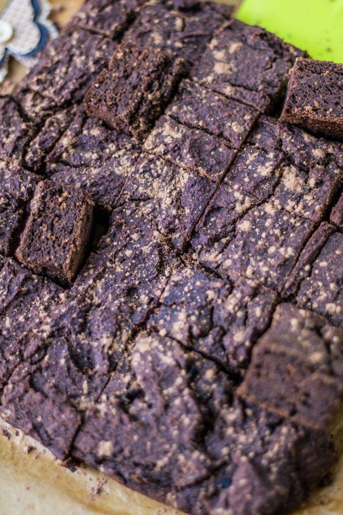 Saftige Carob-Kuchenwürfel Nahaufnahme